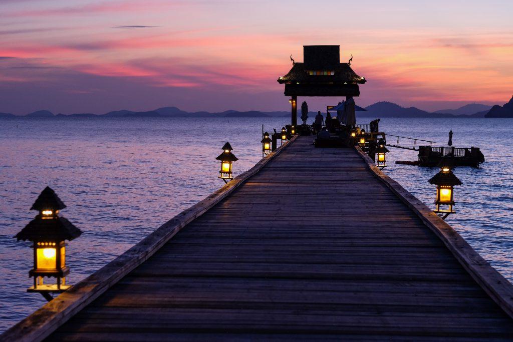 Sonnenaufgang an thailändischem Strand