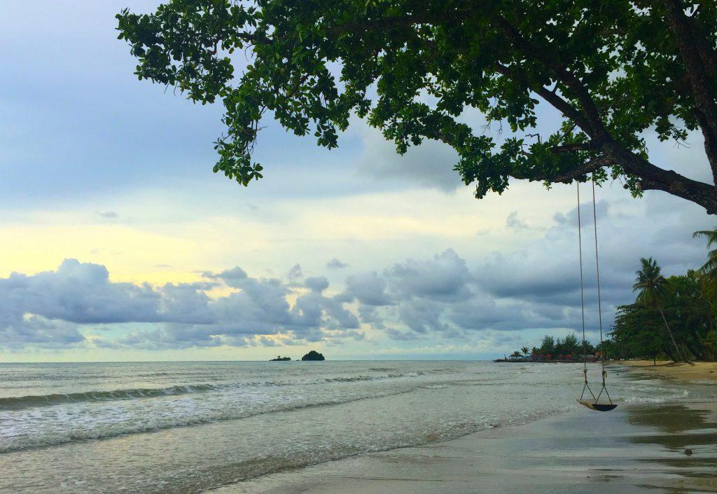 Strand mit Baumschaukel in Thailand