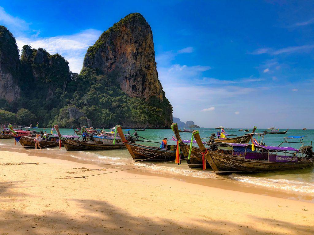Strand in Thailand mit Booten